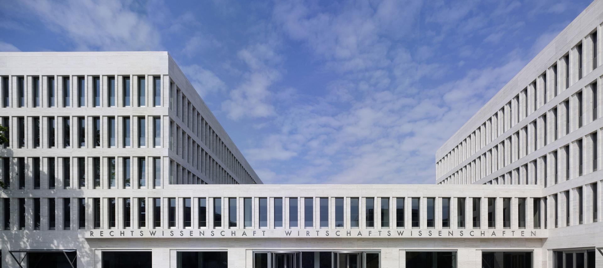 200-ruw-fakultaeten-recht-wirtschaft-campus-i-frankfurt-haupeingang-frontal_01_ridimensionare