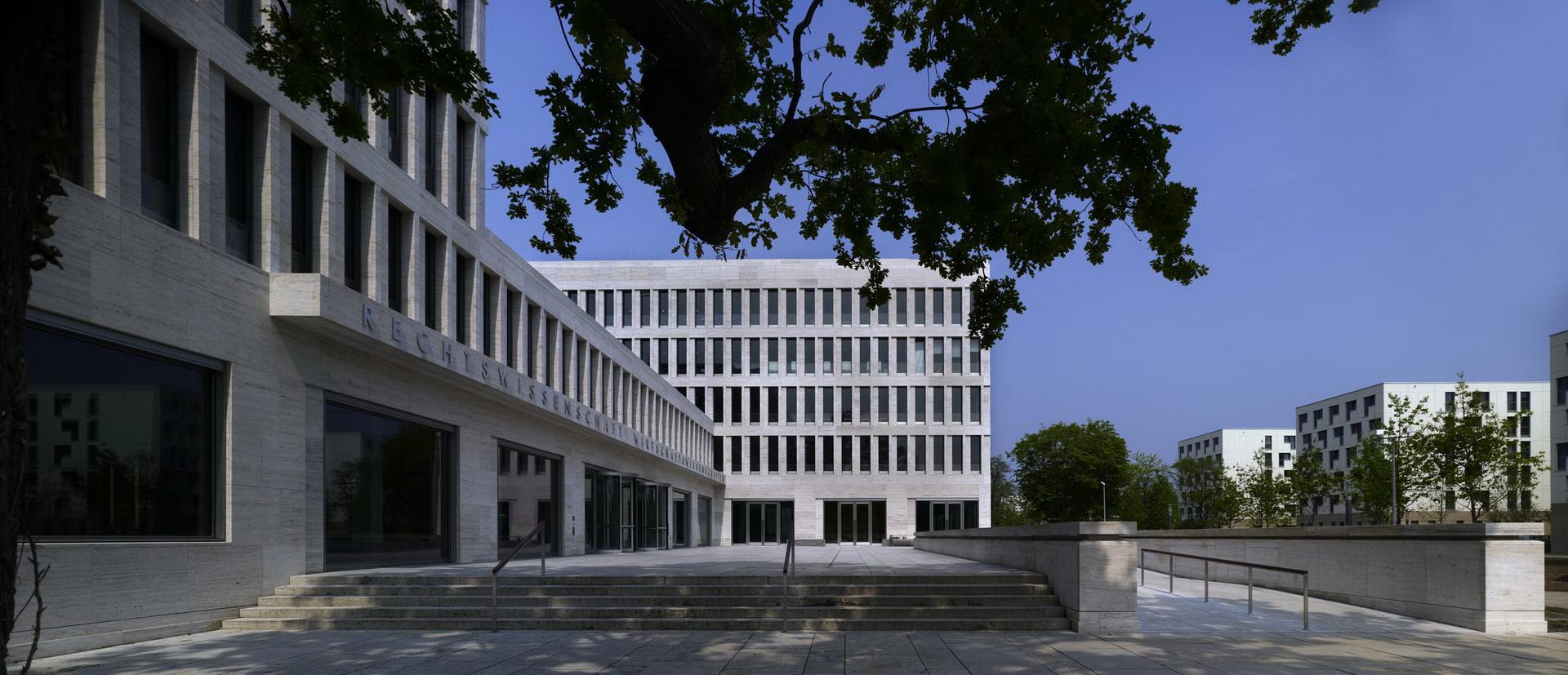 200-ruw-fakultaeten-recht-wirtschaft-campus-i-frankfurt-haupeingang2_ridimensionare