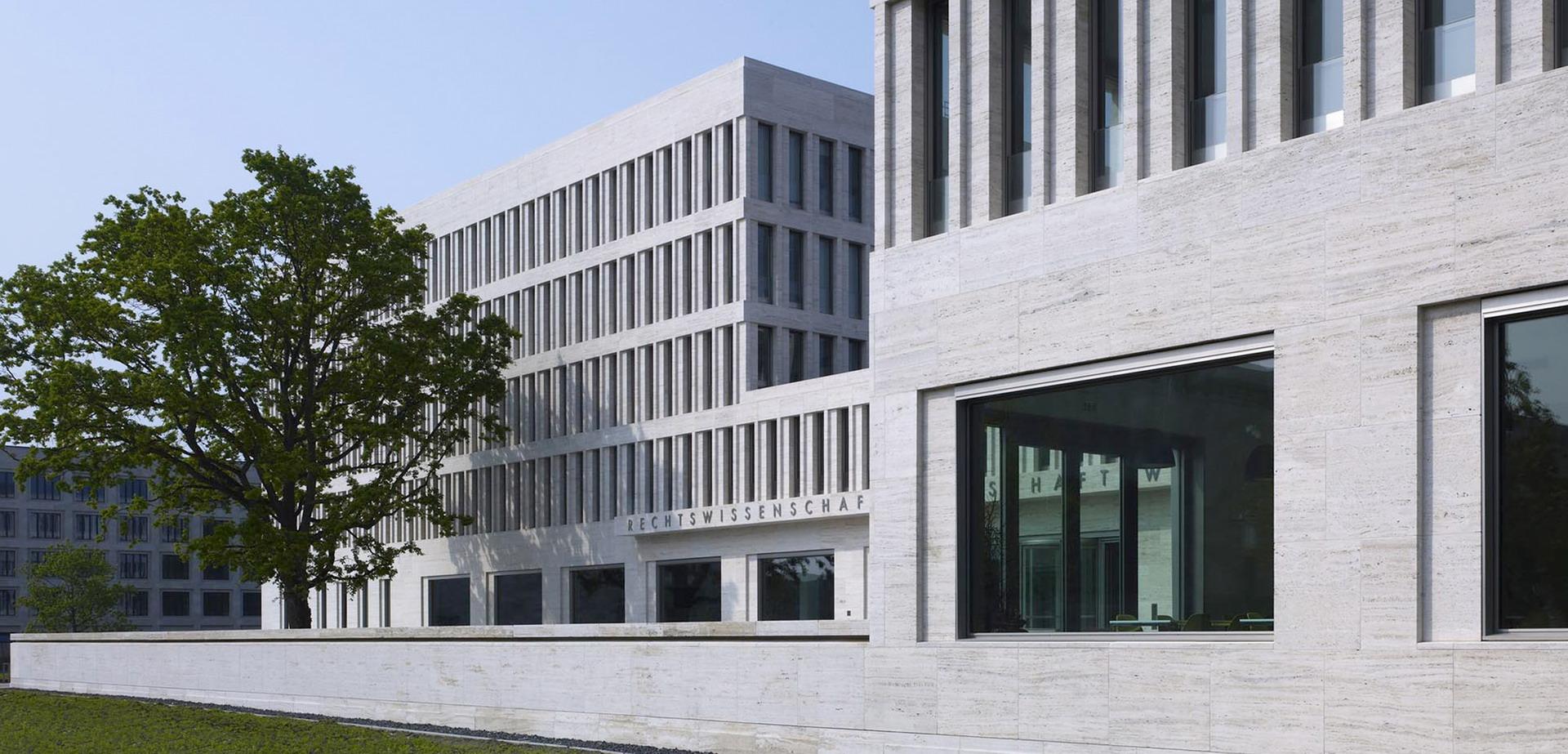 200-ruw-fakultaeten-recht-wirtschaft-campus-i-frankfurt-haupeingang3_01_ridimensionare